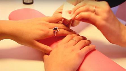 обезжиривание ногтей специальным средством